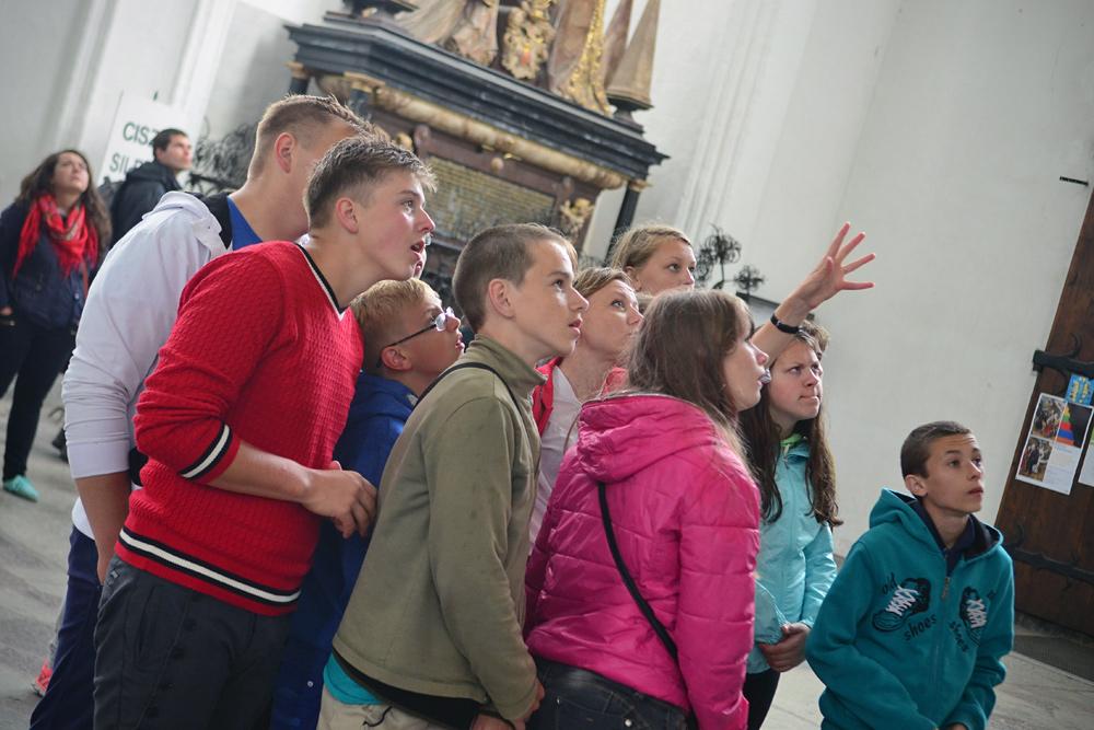 Dzieci zWesołówki zwiedzające Bazylikę Mariacką wGdańsku.