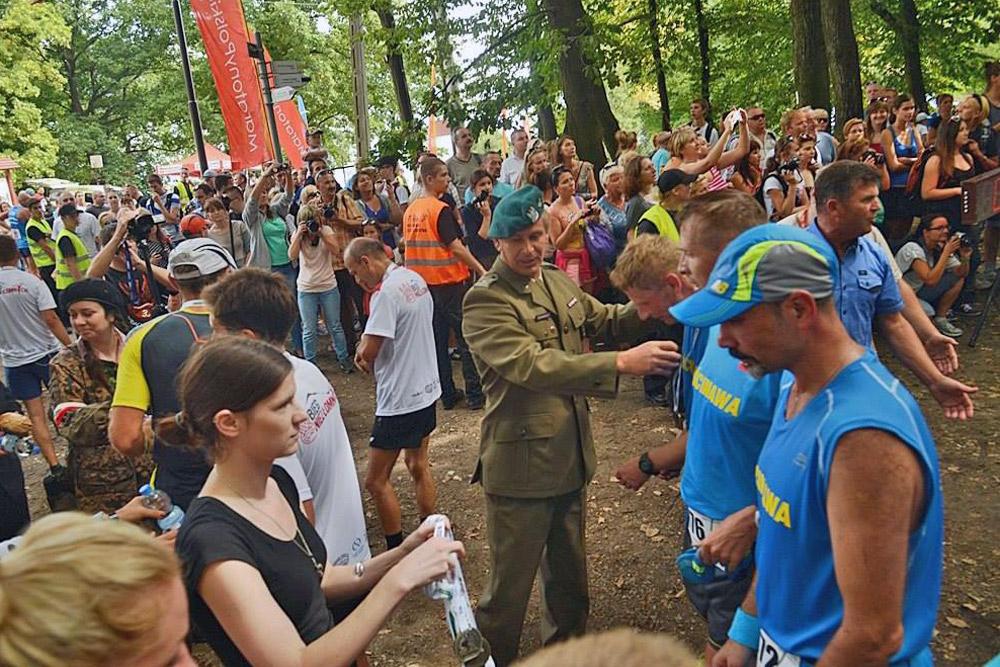 Wręczanie pamiatkowych medali namecie biegu.